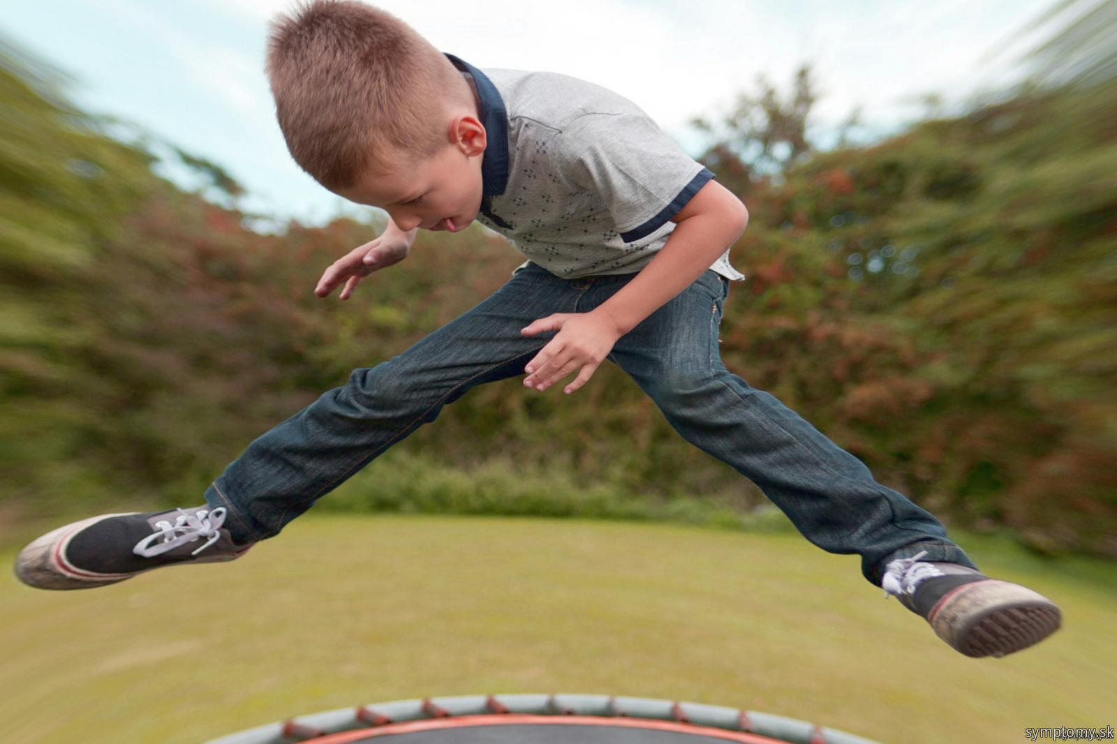 Dieťa na trampolíne