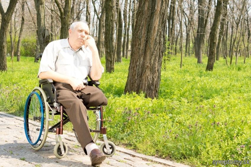 Muz s amputovanú nôh na voziku