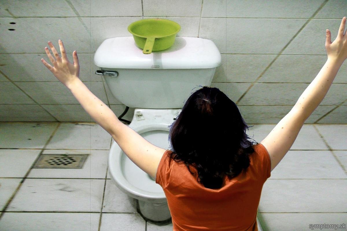 Zena-zvracia-na-toalete